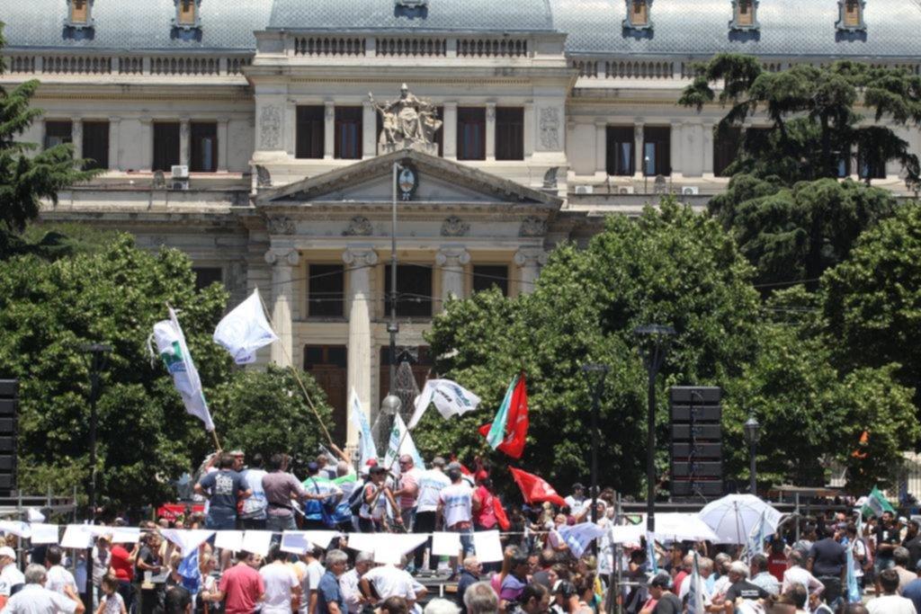 Gremios docentes rechazan la oferta salarial de Vidal