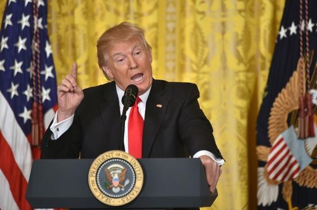 Trump embistió contra la prensa y prometió otro decreto migratorio