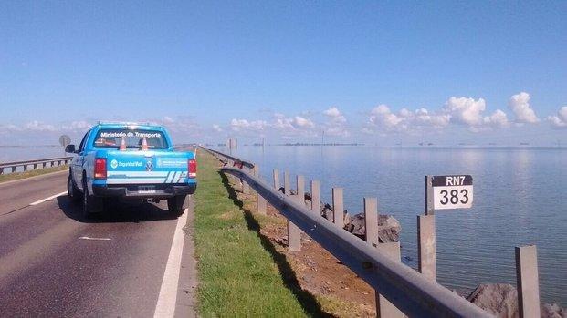 Continúa el tránsito restringido en la Ruta 7 por el desborde de la laguna La Picasa