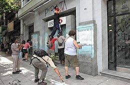 Organizaciones piqueteras escracharon banco en el Centro
