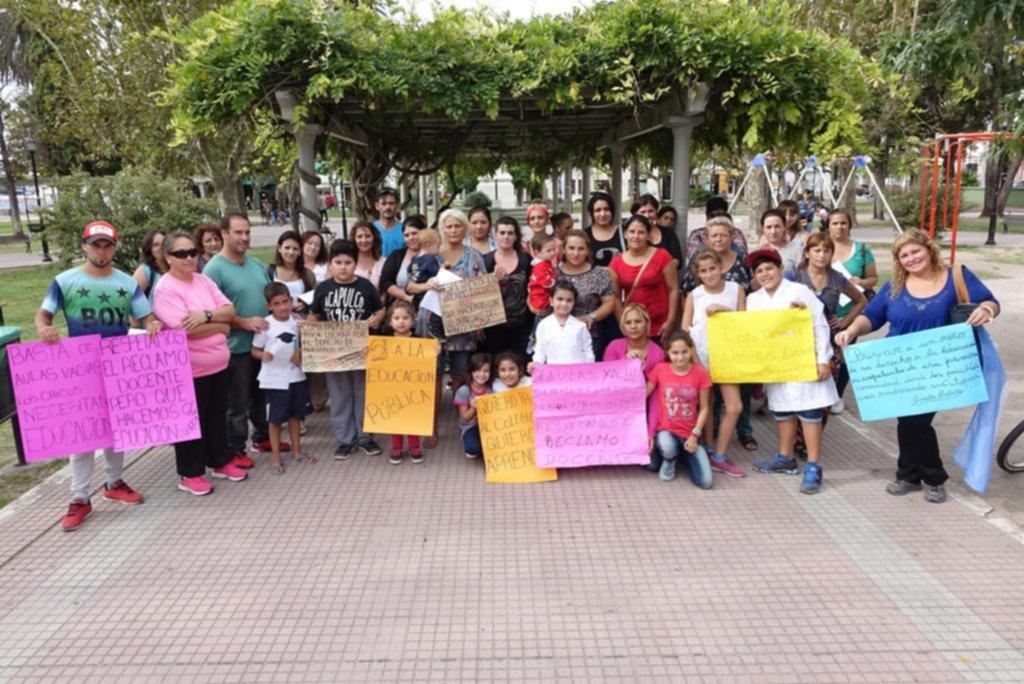 En Ensenada, padres salen a la calle para exigir que haya clases