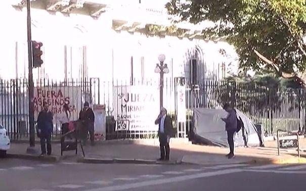 Video: acampa en Tribunales para pedir por su casa usurpada