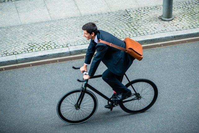 Ir en bicicleta al trabajo reduce a la mitad los riesgos cardíacos
