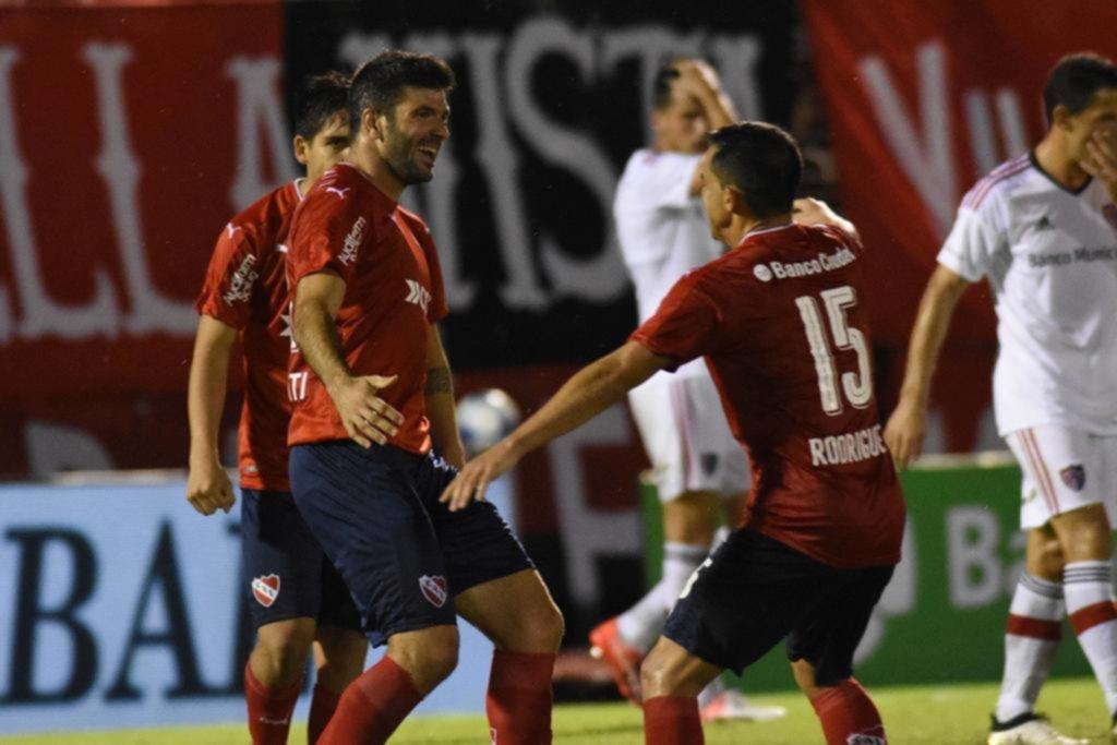 Independiente goleó a Newell's y se acerca a Boca