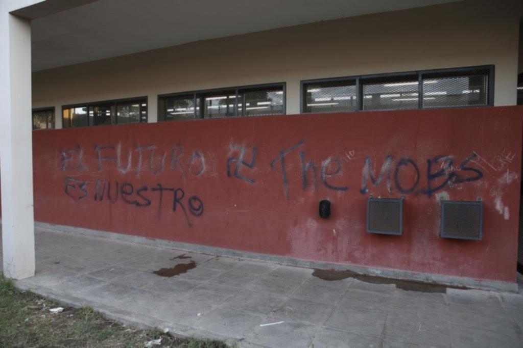 Aparecieron cruces esvásticas y dibujos obscenos en una escuela de Los Hornos