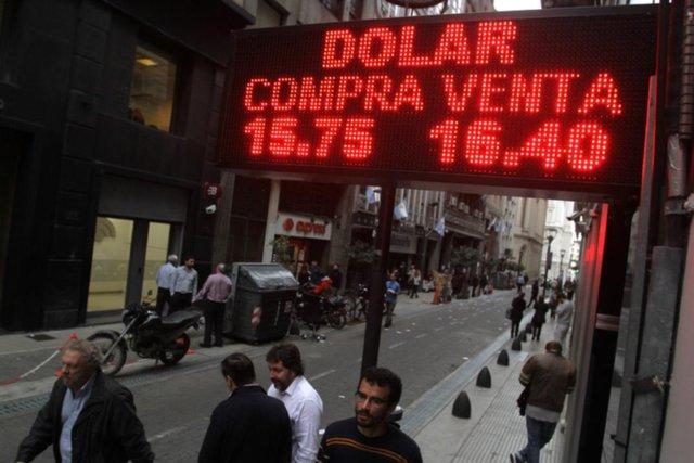 Fuerte impacto: cayó la Bolsa y subió el dólar