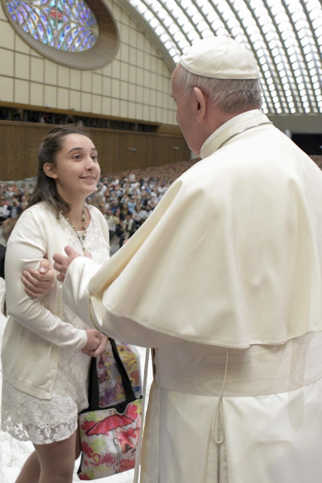 El Papa con Brenda, la chica condenada por una rara enfermedad
