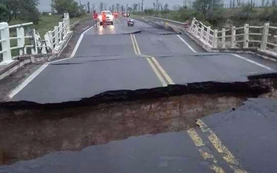 Las intensas lluvias hicieron caer un puente
