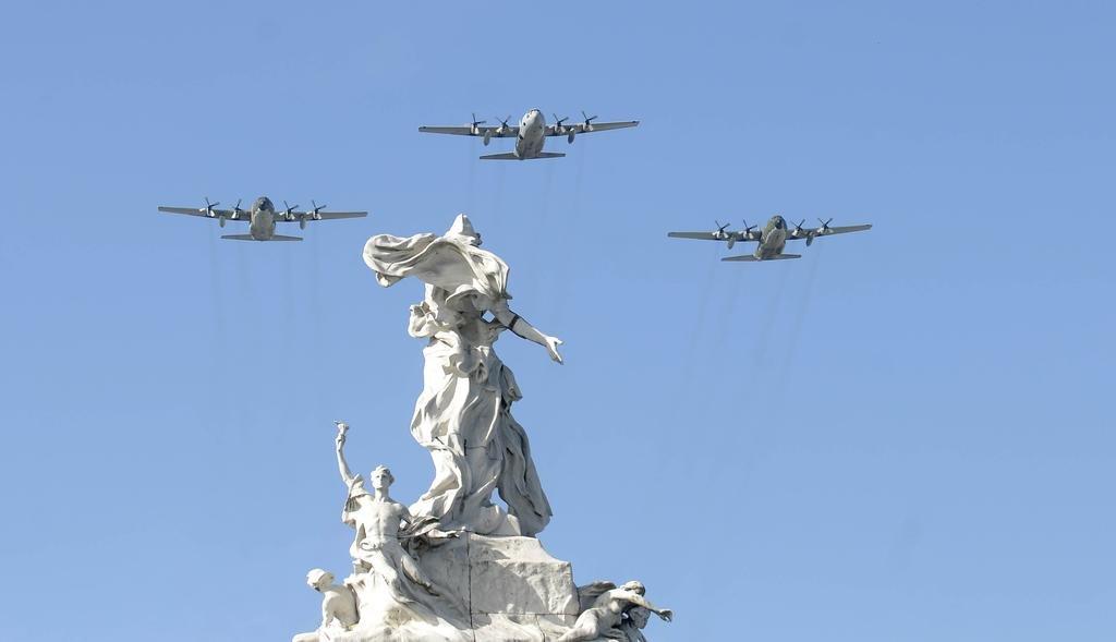 Con un desfile militar, continúan los festejos por el 25 de mayo