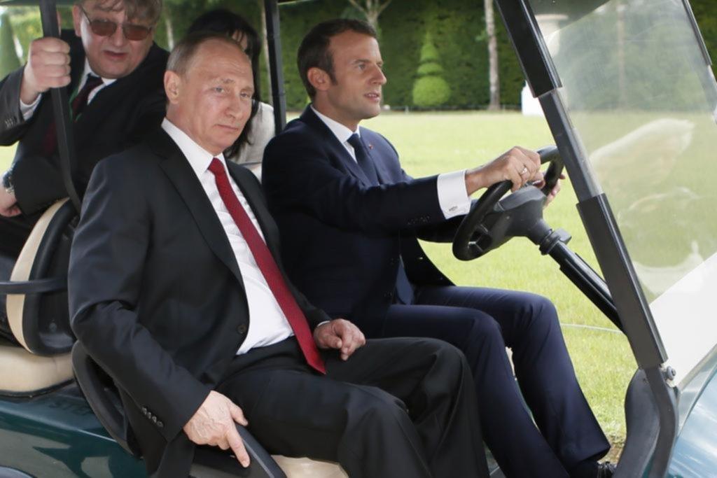 Putin se reúne con Macron en Versalles