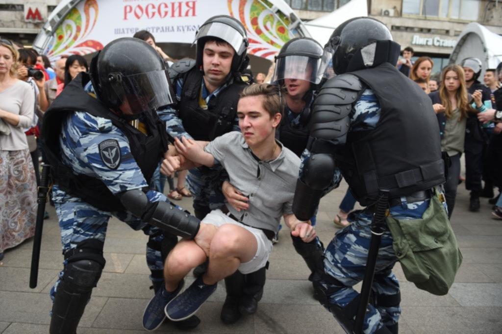 Policía interviene en protesta opositora en Moscú