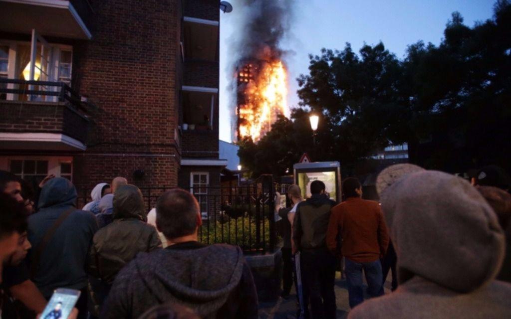 Infernal incendio en Londres deja al menos 6 muertos (FOTOS, VIDEO)