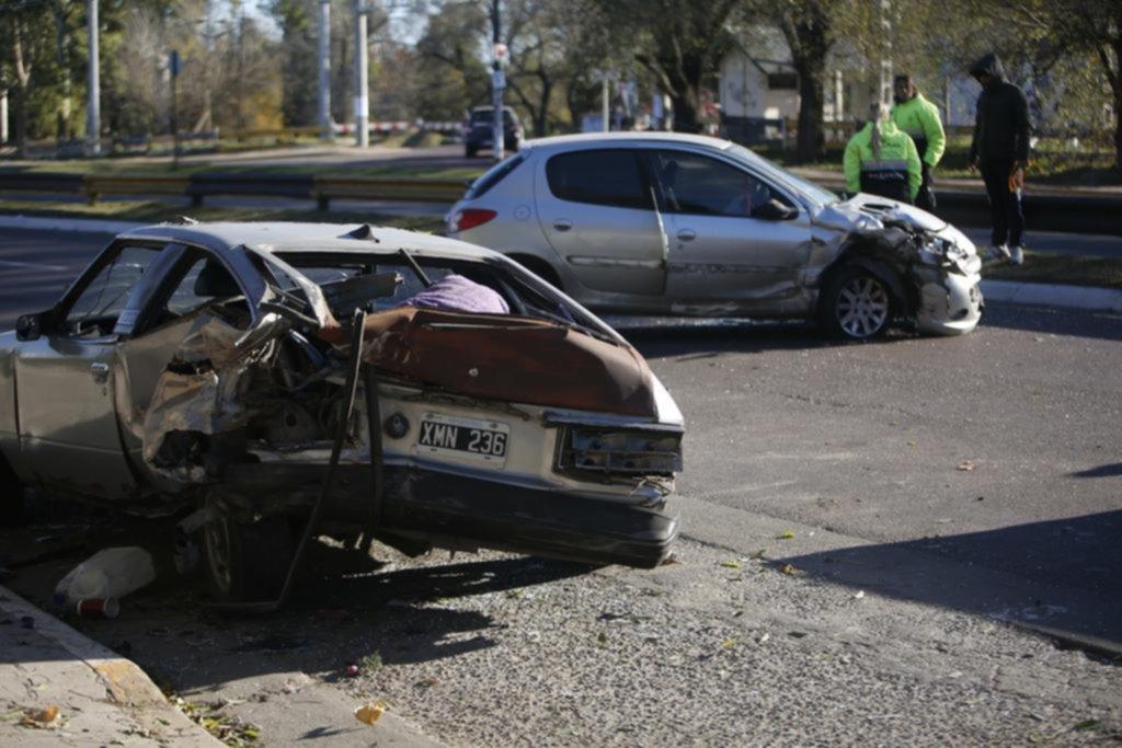 Destrozos por un accidente de tránsito en el Centenario