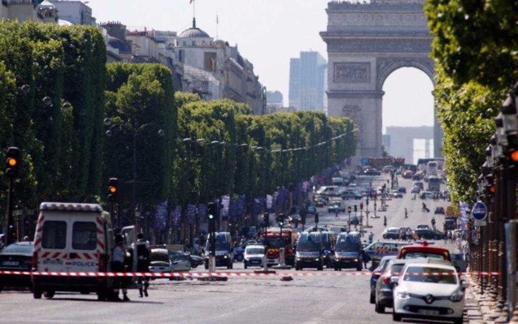 Un hombre armado chocó una camioneta  de la policía y causó alarma en París