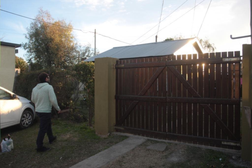 Un policía estuvo al borde de causar una tragedia en una casa de Gonnet