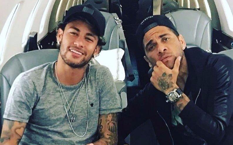 Neymar y Dani Alves llegaron sobre la hora al casamiento de Messi