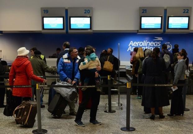 """Vuelos cancelados: piden sanciones para Aerolíneas por dejar 15 mil pasajeros """"a pie"""""""