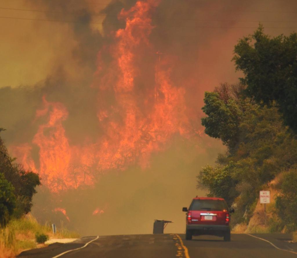Más de 5.000 bomberos luchan contra voraz incendio en California — EEUU