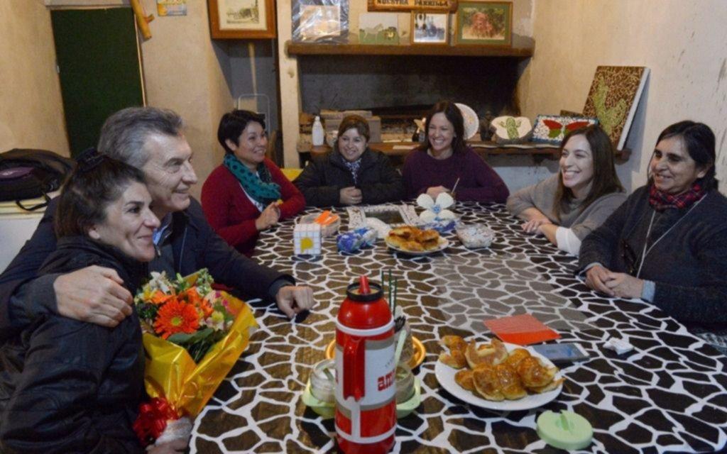 Macri se mostró con Vidal tomando mate en el Conurbano — De campaña