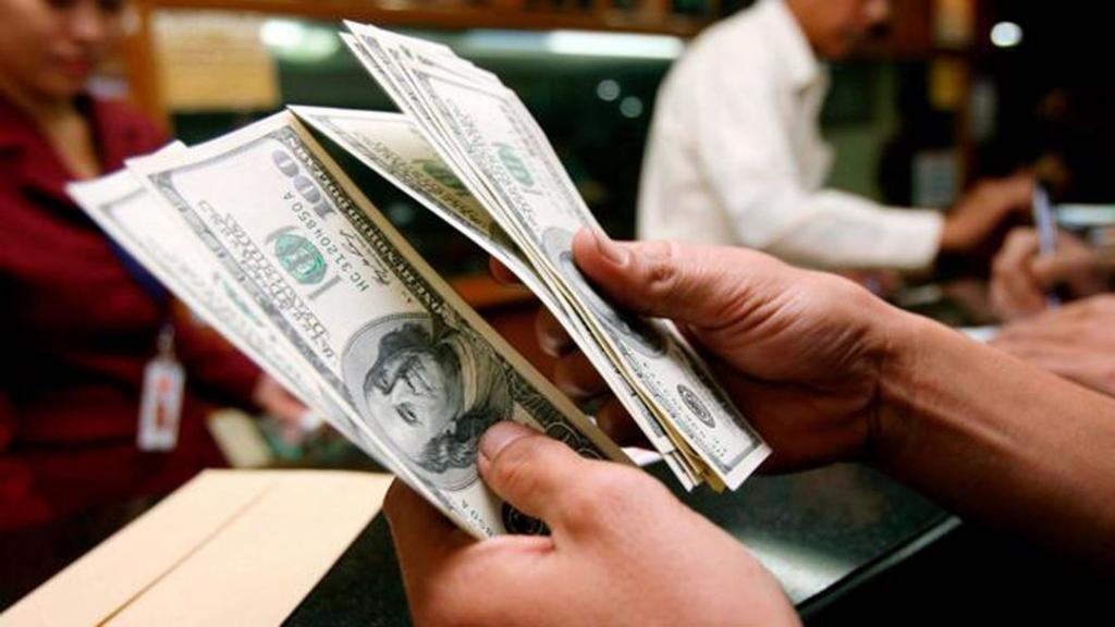 El dólar baja tres centavos y cotiza a 17,18 pesos