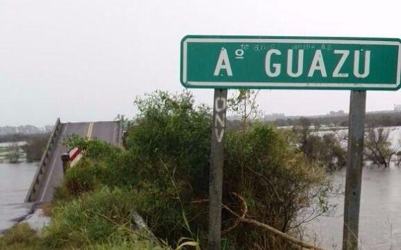 Buscan a un hombre que cayó con su camioneta de un puente que estaba roto