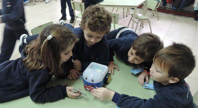 Los más chicos aprenden de la mano de los robots