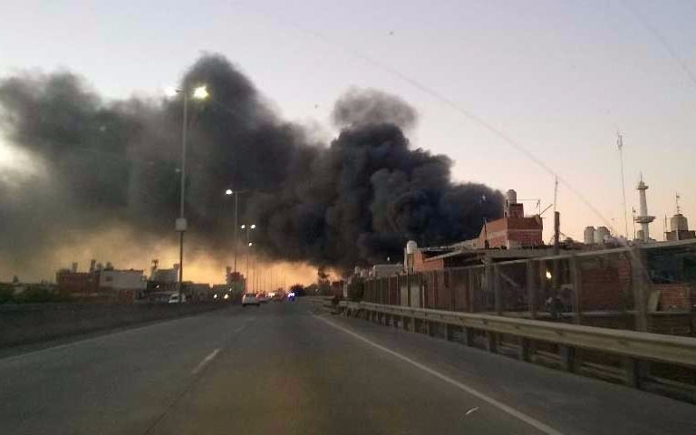 Un incendio arrasa una planta recicladora en Villa Soldati