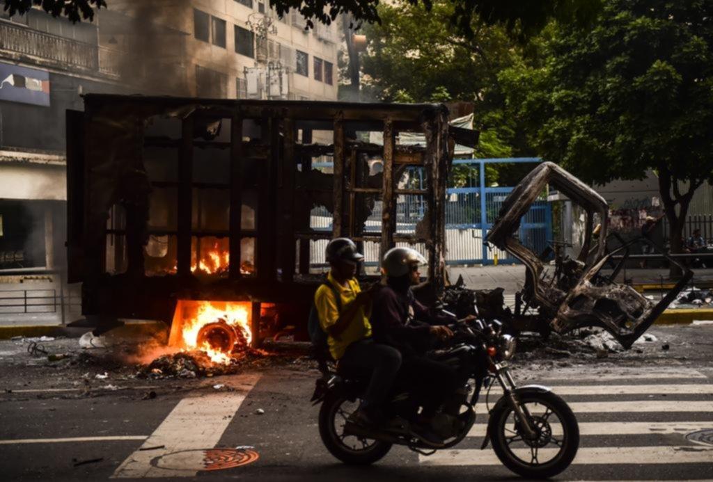 Opositores queman a 2 hombres en una protesta en Venezuela — Vídeo