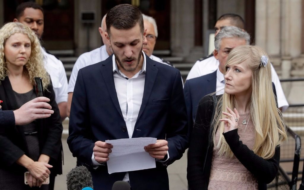 Padres del bebé Charlie Gard renuncian a tratarlo en EU
