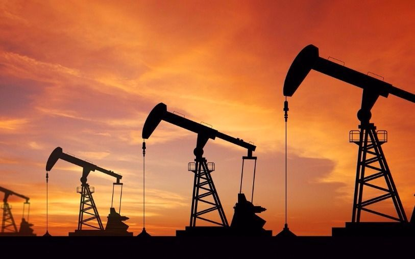 Precios del crudo se mantienen arriba de los 50 dólares