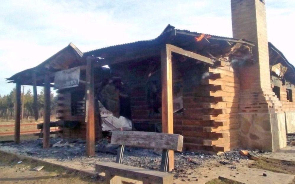Incendiaron la estación de tren de La Trochita y apuntan contra mapuches