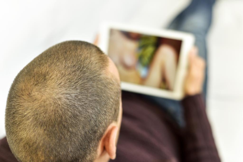 Afirman que el consumo temprano de porno aumenta probabilidad de misoginia