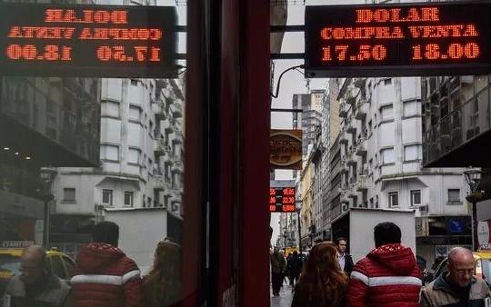 El dólar cotiza por debajo de los 18 pesos