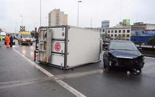 Un camión chocó contra un vehículo en la autopista 9 de Julio y generó demoras en el tránsito