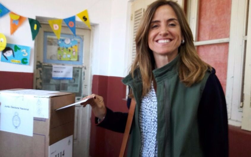 Tras percance, votó Victoria Tolosa Paz