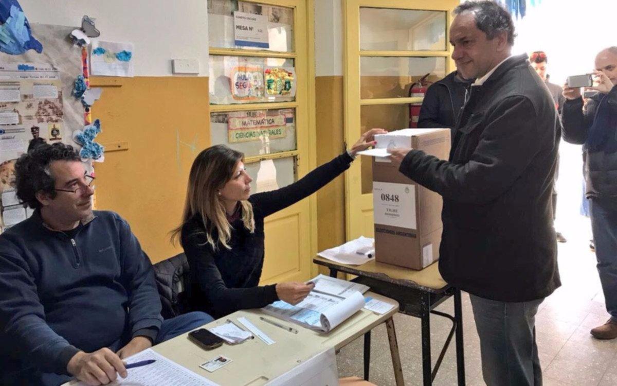 """Scioli dijo que hoy """"la gente no la está pasando bien"""" al emitir su voto en Tigre"""