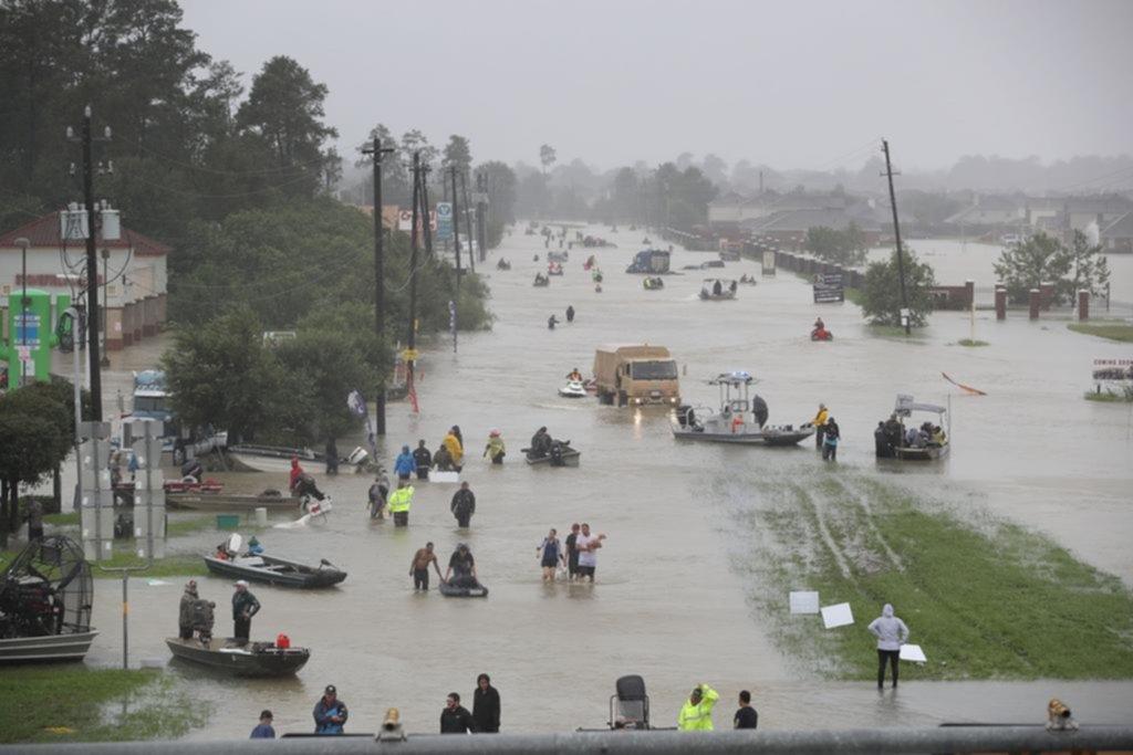 Presidente Trump llega hasta la zona del desatre — Huracán Harvey