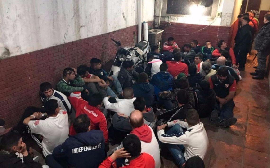 Lío entre la policía y barras de Independiente: heridos y 120 detenidos