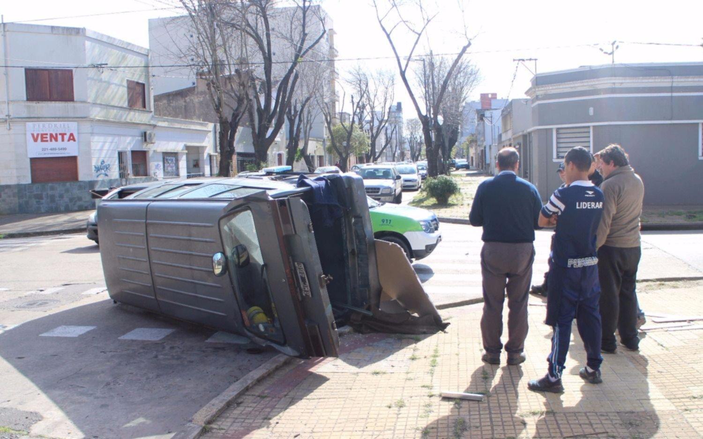 Una camioneta volcó  tras  chocar con un camión, en 10 y 33