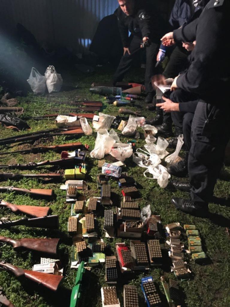 """Detuvieron al """"hombre del rifle"""", un ex policía que tenía 750 mil pesos en la casa"""