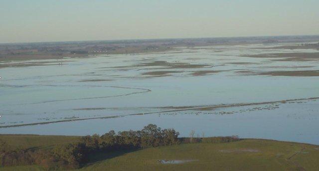 """En el campo hablan de """"lluvias históricas"""" y temen más inundación"""