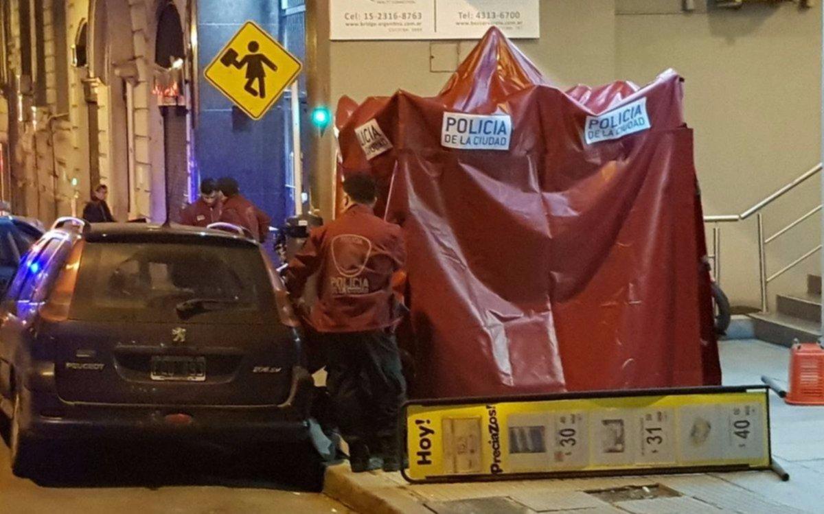 Policía mató a un delincuente que asaltó un supermercado en pleno centro porteño