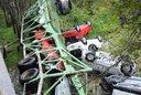 Santa Fe: un camión que transportaba autos 0km volcó y cayó de un puente