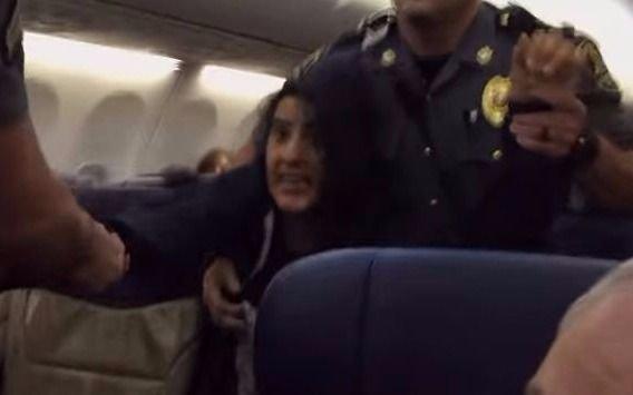 Sacan a una mujer por la fuerza en un vuelo de Southwest