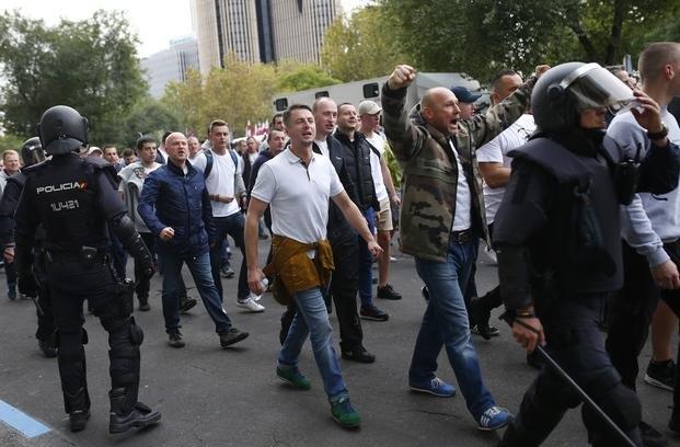 Violento enfrentamiento entre los hinchas del legia y la - Calle rafael salgado ...