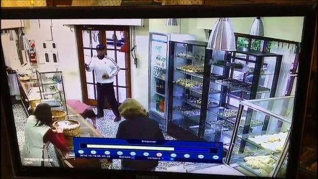 Imágenes del robo a la panadería de Villa Castels: buscan al ladrón