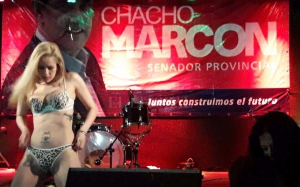 2 strippers bailaron con publicidad de un senador santafesino de fondo