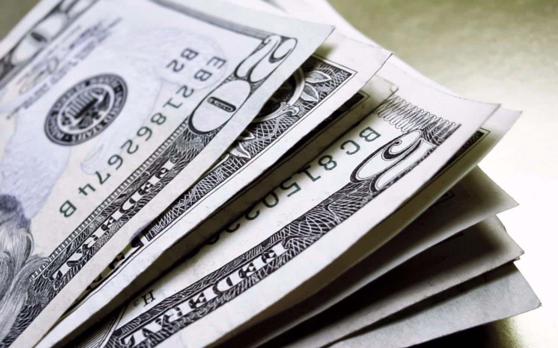 El dólar retrocedió cinco centavos y cerró la jornada en 17,72 pesos