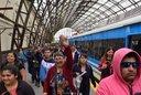 Video: Algarabía durante la llegada del tren eléctrico a 1 y 44