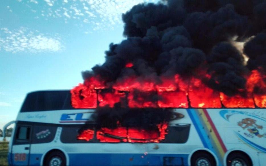 Susto en la Autopista por un colectivo que se incendió